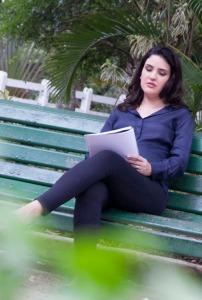 A autora, Nathalia Alvitos, em um momento de leitura